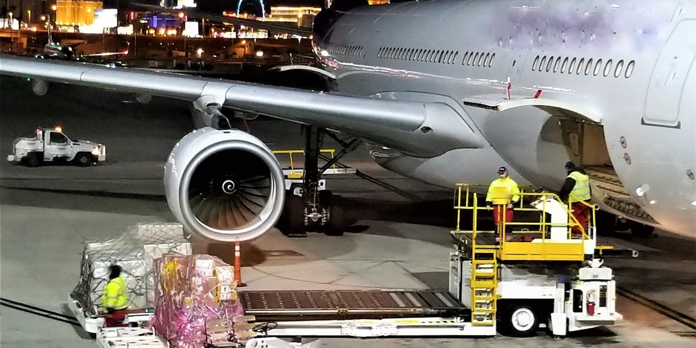 Luftfracht Flugzeug beladen