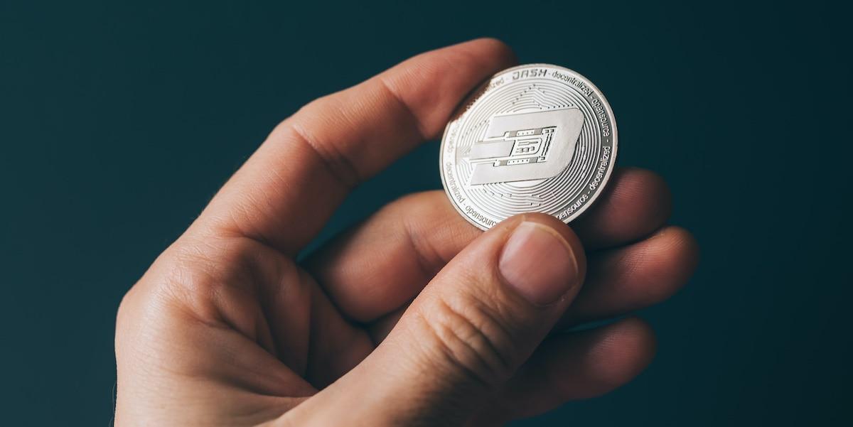 Dash Coin in einer Hand